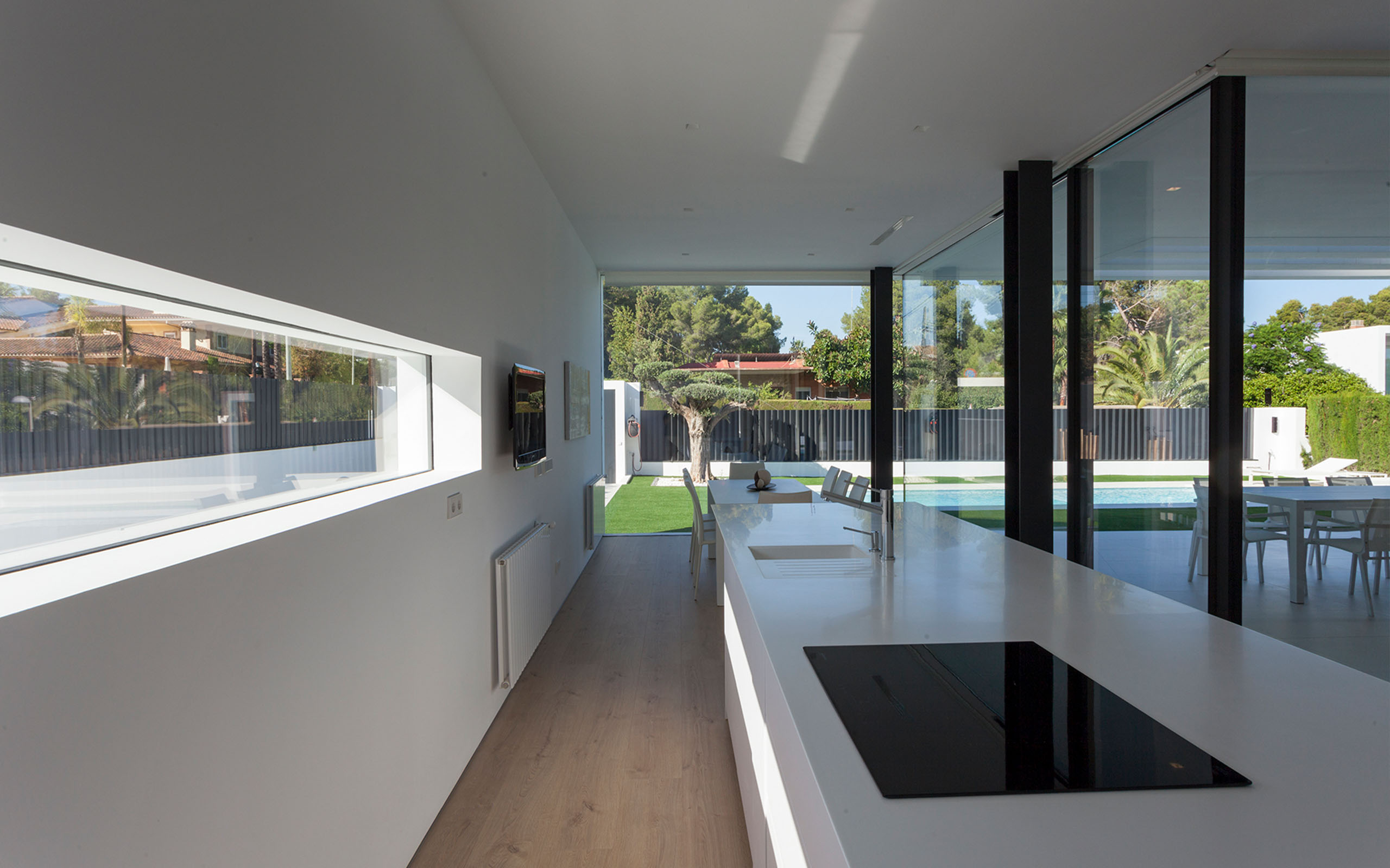 In short this is a conceptual home where users enjoy guaranteed privacy thanks to the careful balance between the construction elements and the differing